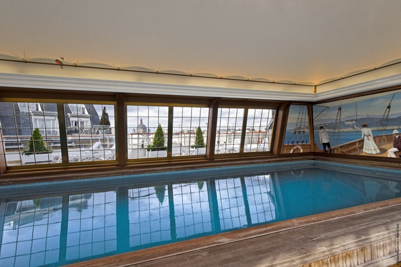 The rooftop pool at le Bristol in Paris